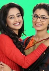 Mugdha Chaphekar with Sriti Jha on Kumkum Bhagya sets