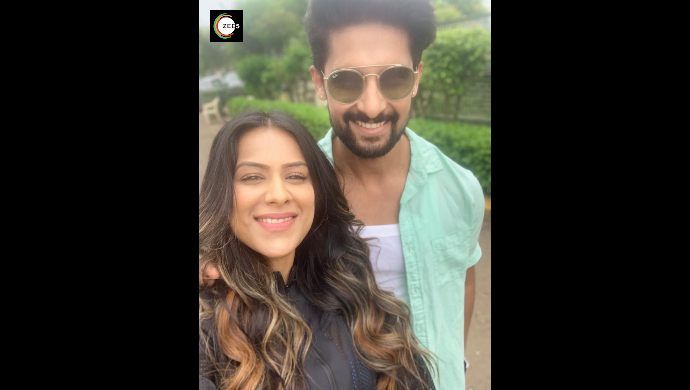 Ravi Dubey and Nia Sharma click a selfie on Jamai Raja 2.0 sets