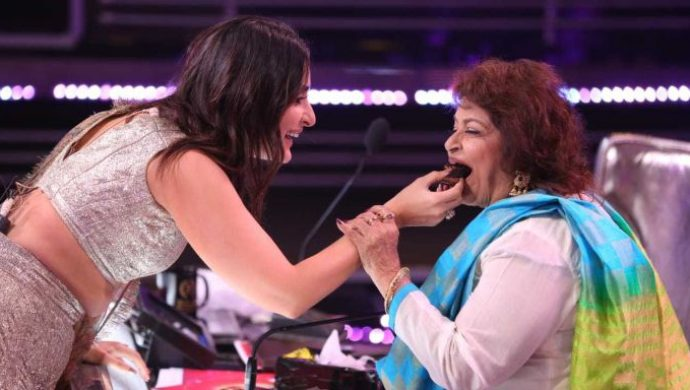 Kareena Kapoor gives cake to Saroj Khan