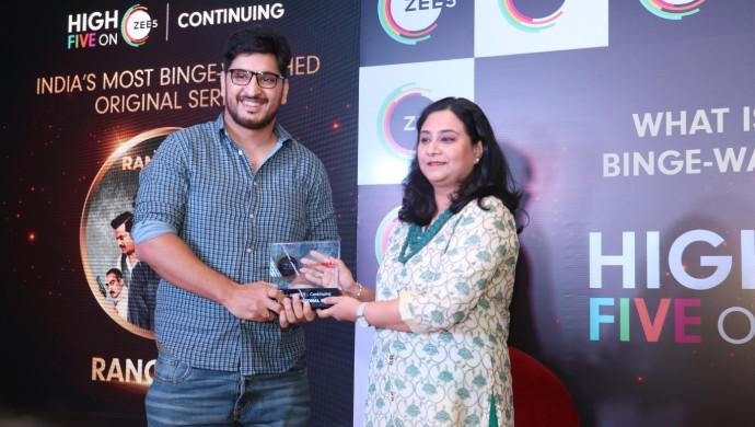 Rangbaaz Director Bhav Dhulia accepts the award