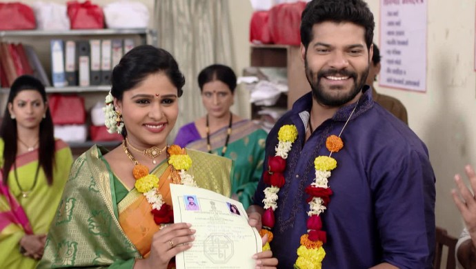 Tuzhat Jeev Rangala actors Akshaya Deodhar and Hardeek Joshi in a still from the show.