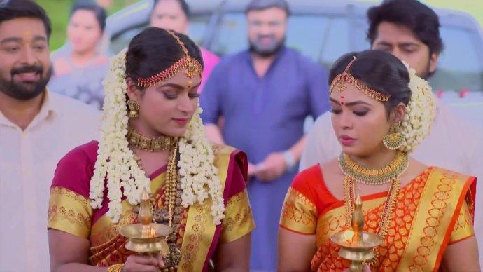 Samyuktha and Saptathi light the lamps