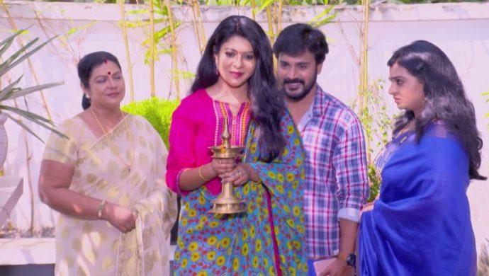 Sudhi brings Divya home (1)