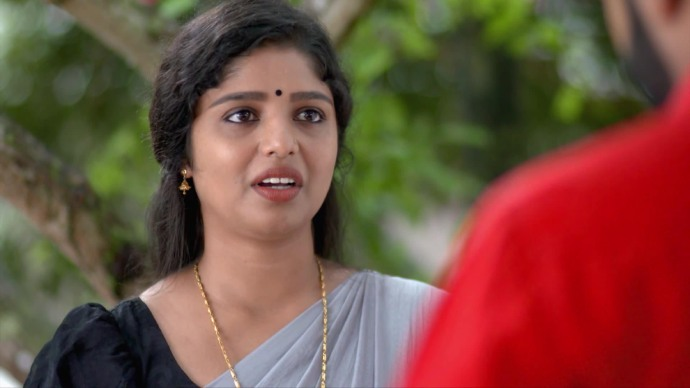 Kalyani agrees to fix the mic (source:ZEE5)