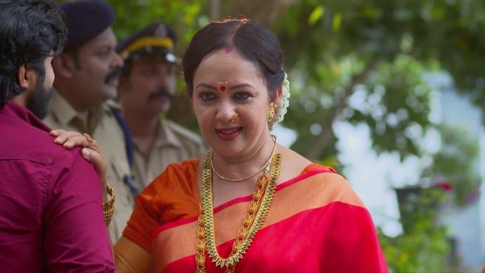 Thara Kalyani as Akhilandeshwari (source:ZEE5)