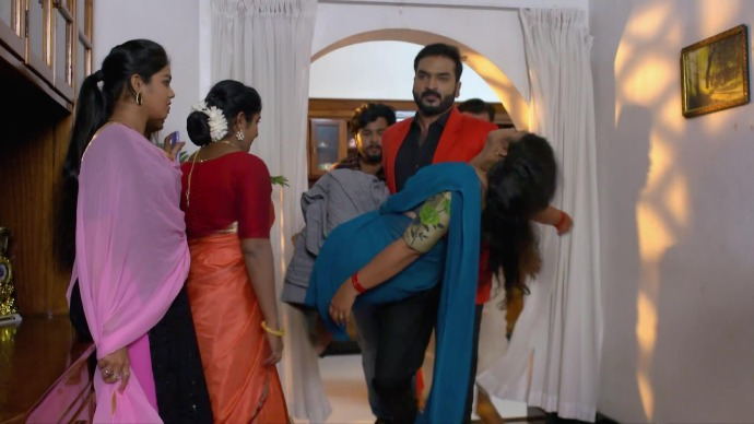 Anand carries Kalyani to safety (source:ZEE5)