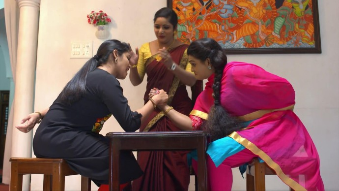Arm wrestling competiton between Ganga and Jayanthi (source:ZEE5)