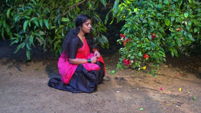 Kalyani complains to her Chembarathi flowers (source:ZEE5)