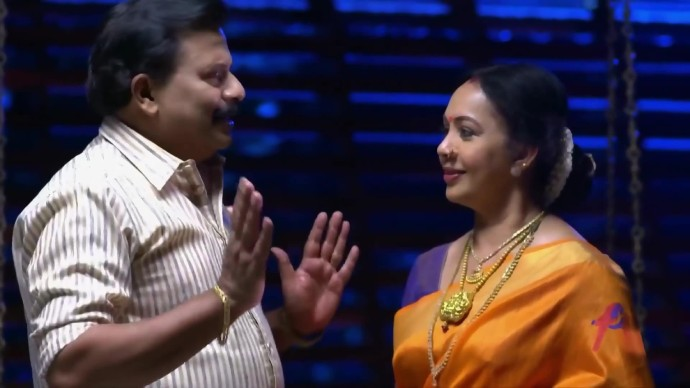 Krishnan consoles Akhilandeshwari (source:ZEE5)