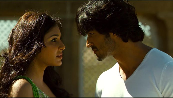 Best Scenes Of Pooja Chopra And Vidyut Jammwal In Commando: A One Man Army