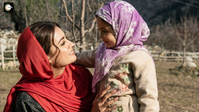 Dia Mirza and a little girl on the sets of Kaafir