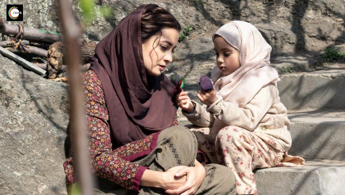 Dia Mirza with her onscreen daughter on the sets of Kaafir