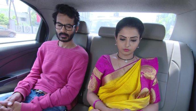 Mrudula With Madhu In A Still From Ninne Pelladatha