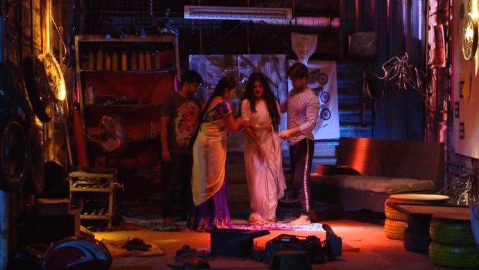 Still From Muddha Mandaram Soundarya tries to scare Abhi