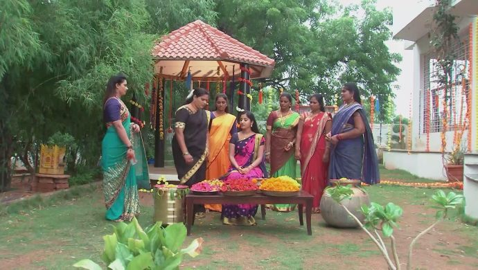 Nithya with others in Kalyana Vaibhogam