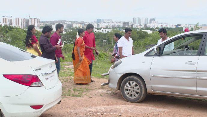 Vikram, Vedavati and others in Akka Chellellu
