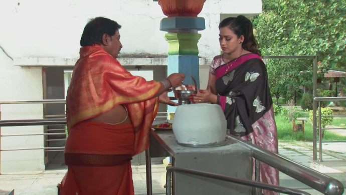 Swaroopa and the priest in Kalyana Vaibhogam