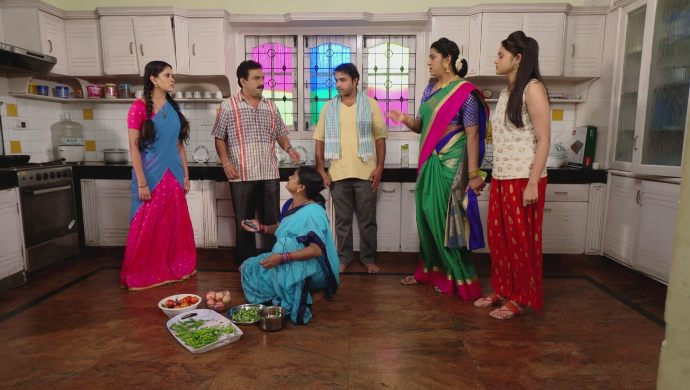 Everyone in kitchen in Muddha Mandaram