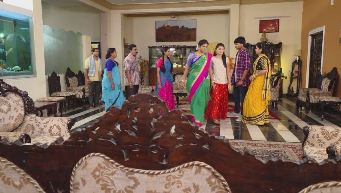 Everyone in living room in Muddha Mandaram