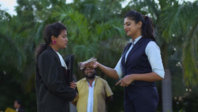 Dharani with a girl in Akka Chellellu