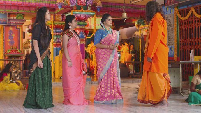 Everyone in the temple in Muddha Mandaram