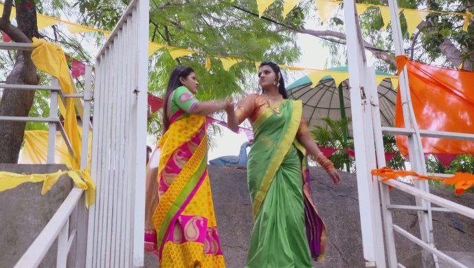 Brahmini and Kanakam in Ninne Pelladatha