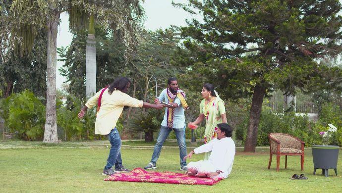 Dharani and Vayuputra with the goons in Akka Chellellu