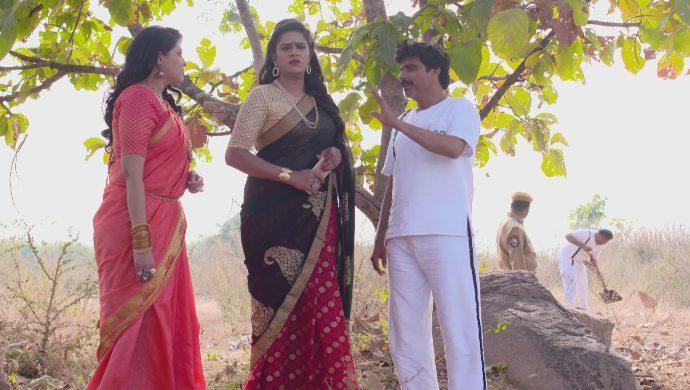 Shashikala with Priyamvada and Shobhan Raju in Akka Chelelllu