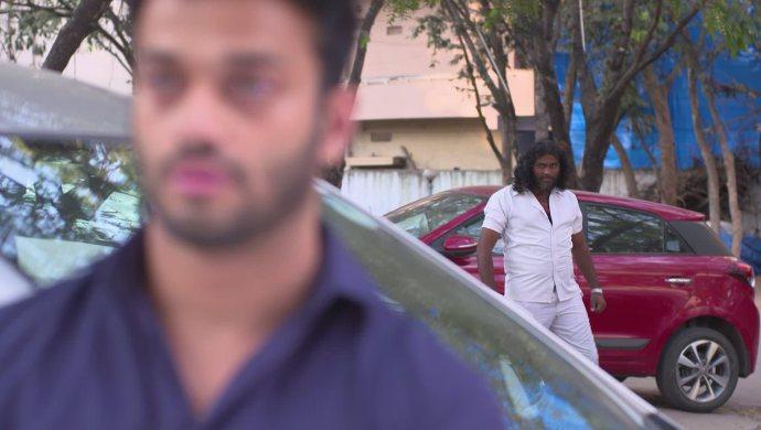 Aditya and the goon in Akka Chellellu