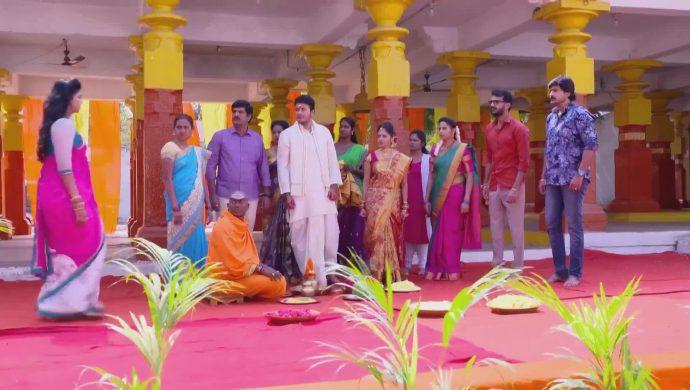 Everyone in the temple in Ninne Pelladatha