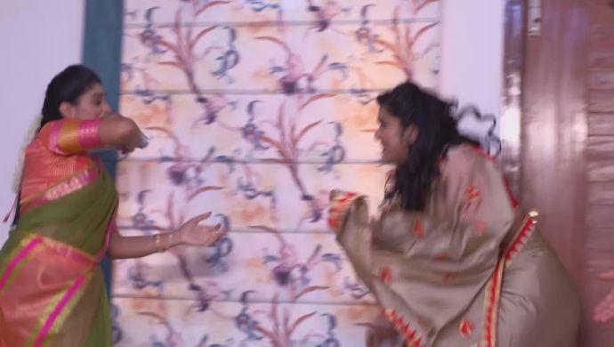 Dharani and Priyamvada in Akka Chellellu