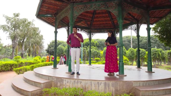 Gopi and Shruti in Thoorpu Padamara