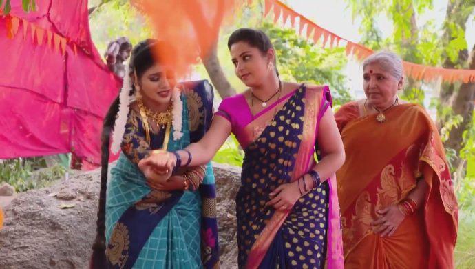 Mrudula and Kanakam in Ninne Pelladatha