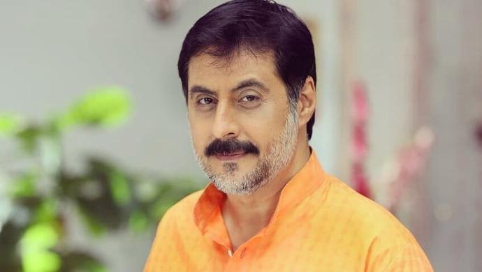 Sanjay Asrani posing