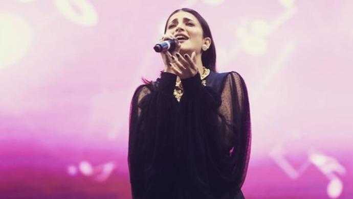 Shruti Haasan performing in London