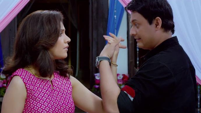 Mukta barve and Swapnil Joshi from the film Mumbai Pune Mumbai.