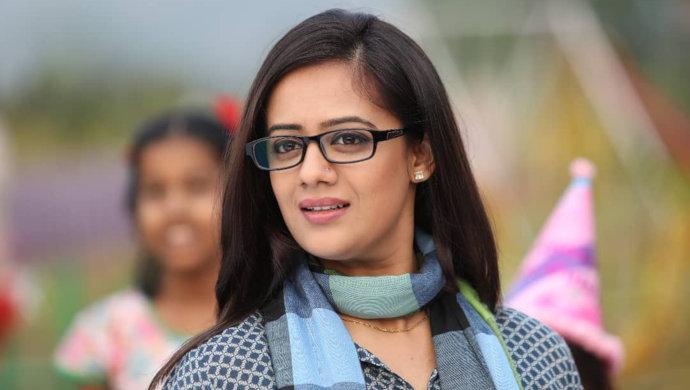 Get Spruha Varad's Nerdy Look.