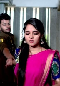 Vicky Doesn't Let Aarthi Go Away From Him