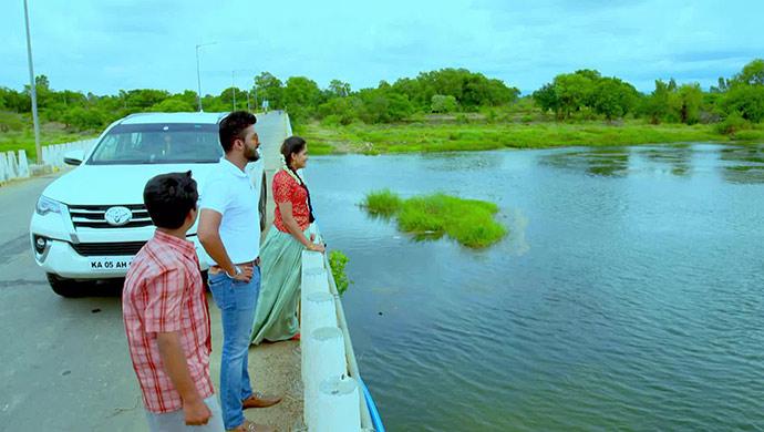 On The Way To Paaru's Village, She, Aditya And Gani Make A Stop