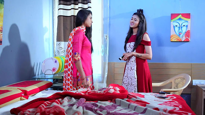 A Still Of Vaishnavi Trying To Explain Things To Shanaya