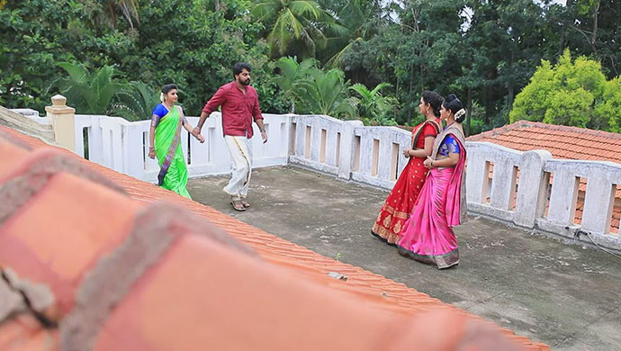 Maya And Sharmila Are Shocked To Muttu Holding Belli's Hands