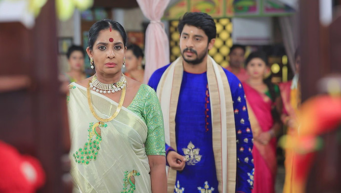 A Still Of Muttu Explaining To Neelambari Not To Take Hasty Decisions