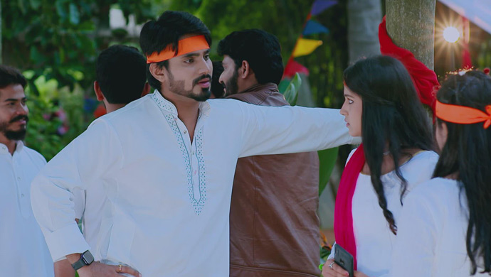 Vedanth Goes To Protect Amulya From A Miscreant