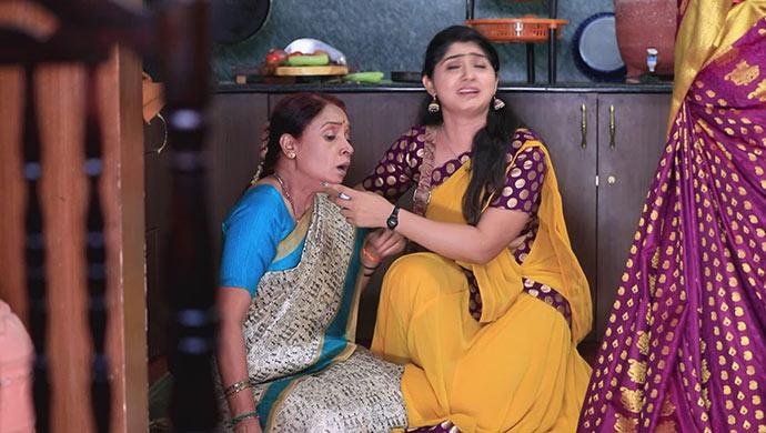 Tulasi Starts Choking On The Inhaler Causing Radha To Worry