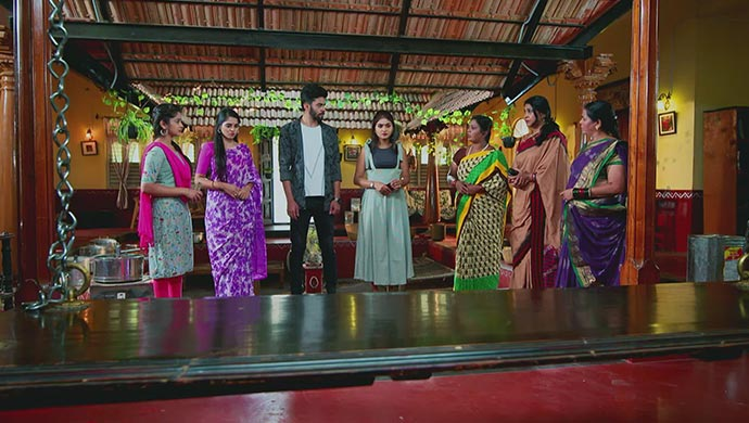 A Still Of The Neighbouring Ladies Accusing Aarthi On False Claim