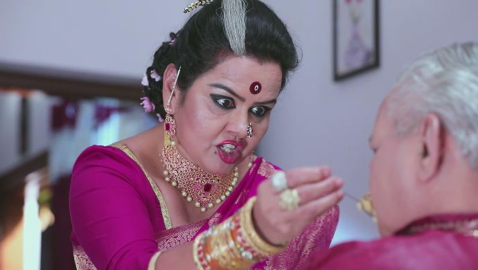 Kaamini tries to kill her husband