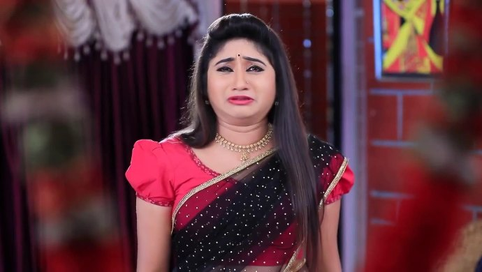 Belli prays to Chitra's photo