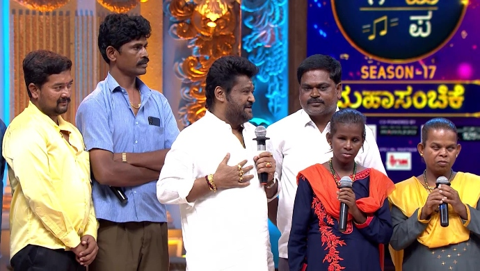Jaggesh speaks to the audience and judges
