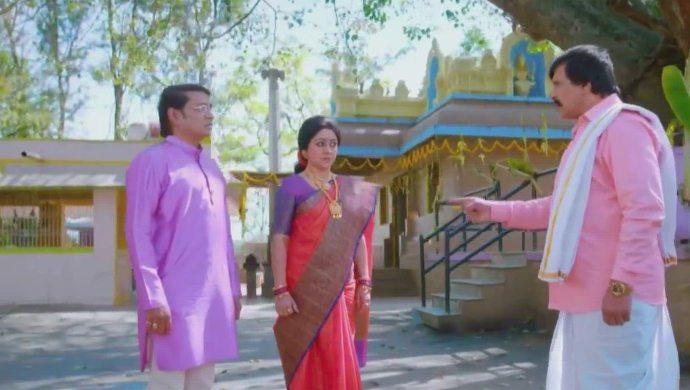 Raghu and Akhila run into Parmeshwara at the temple