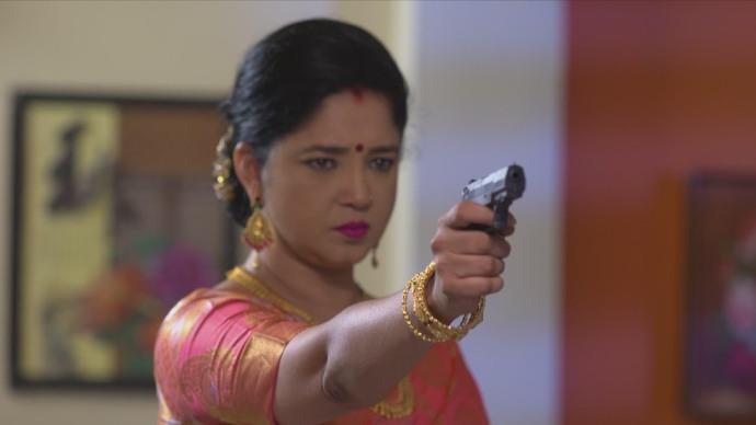 Akhilandeshwari points a gun at Priyanka (source:ZEE5)